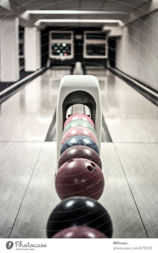 kingpin blau rot Sport Innenarchitektur Spielen Schuhe Hose Konzentration Kugel Sportveranstaltung Glätte Rennbahn Sportler Bowling Bowlingbahn Bowlingkugel