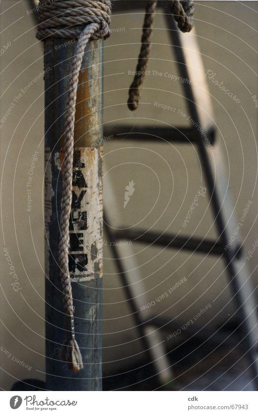abwarten alt dunkel grau Seil Treppe Schriftzeichen Information Werbung Rost hängen aufwärts silber Stillleben Leiter Pfosten
