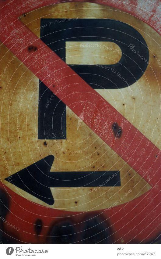 parken verboten Verkehrsschild Parkverbot Information Richtung Verbote Hinweisschild Vorschrift Gesetze und Verordnungen Symmetrie schwarz rot Patina Rost rund
