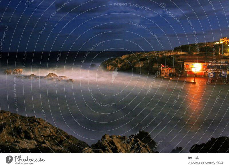Nachtbrandung dunkel Brandung Wellen Mallorca Bar Mondschein Außenaufnahme zügellos unruhig Langzeitbelichtung Nachtaufnahme Wind strum stranbar Bucht Felsen