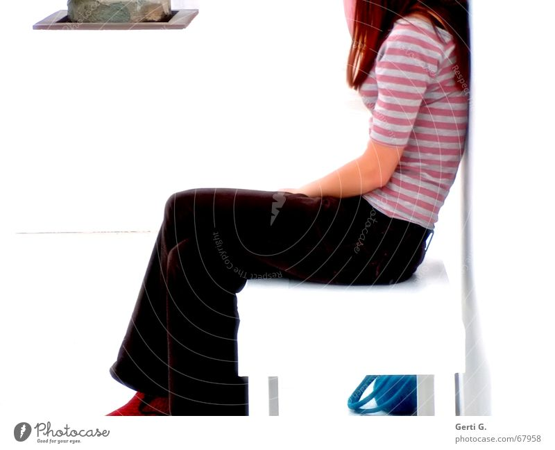 sitting.waiting.wishing - kopflos Frau Junge Frau Tasche mehrfarbig langhaarig Skulptur Profil rothaarig Mensch filztasche sitzen Bank warten Beine Museum