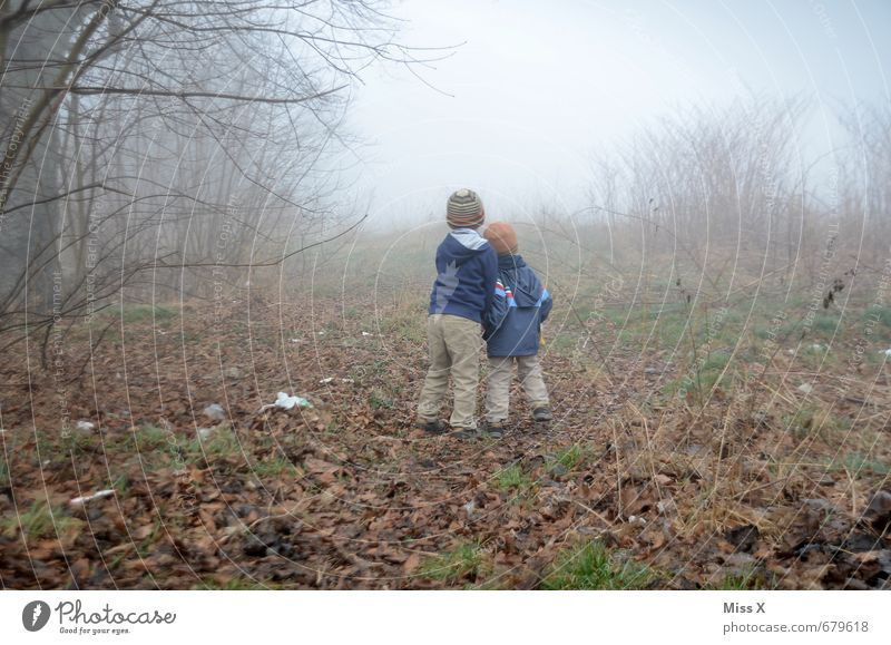 Zwei im Nebel / Danach war die Kamera hin... :-( Mensch Kind Natur Einsamkeit dunkel Gefühle Herbst Stimmung Freundschaft Angst Kindheit Sträucher gefährlich