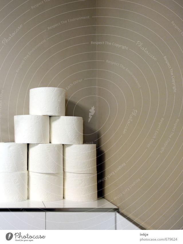 Vorrat III Häusliches Leben Bad Toilettenpapier Ecke Stapel stehen Sauberkeit viele weich braun weiß aufeinander Vor hellem Hintergrund Farbfoto Gedeckte Farben