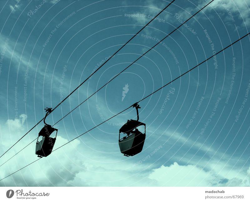 WETTLAUF IN BLAU Himmel Wolken Ausflug paarweise diagonal Stahlkabel Richtung Schönes Wetter Gondellift Seilbahn Wolkenhimmel himmelwärts Schwebebahn Vor hellem Hintergrund