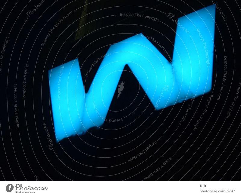 grosses W Mensch blau Buchstaben Dinge dick