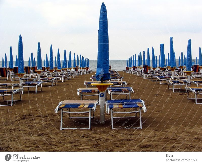 Der Regen war Gestern, heute kommt die Sonne... ? blau Strand Wolken kalt Traurigkeit Sand Wetter Trauer trist Regenschirm Liegestuhl