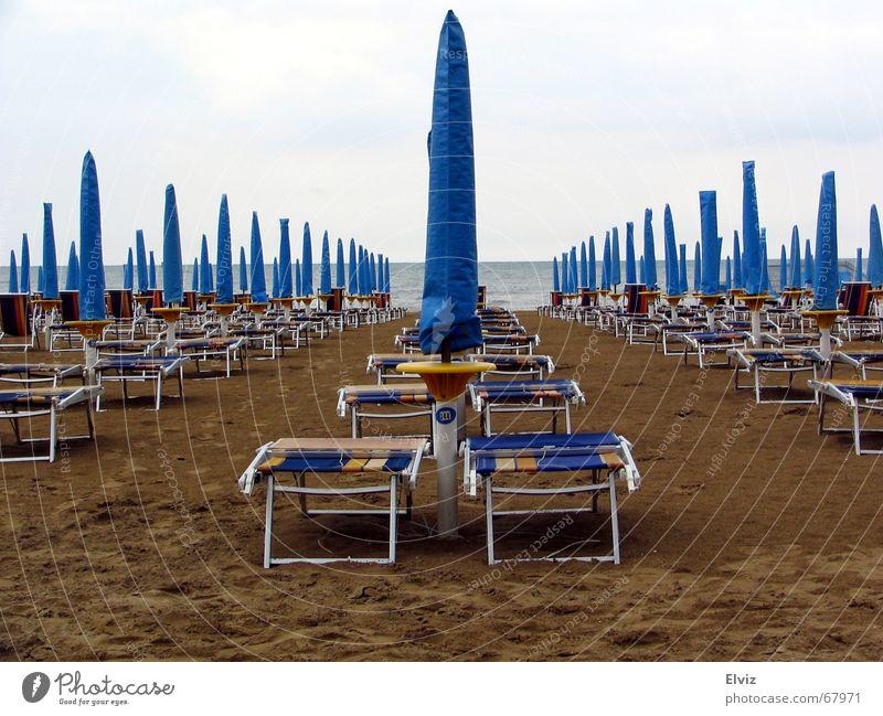 Der Regen war Gestern, heute kommt die Sonne... ? Sonne blau Strand Wolken kalt Traurigkeit Sand Wetter Trauer trist Regenschirm Liegestuhl