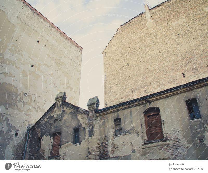 altehrwürdig Jugendstil Himmel Haus Gewerbebau Fassade Fenster Brandmauer Hinterhof dreckig Endzeitstimmung Verfall Vergangenheit Zahn der Zeit vergessen