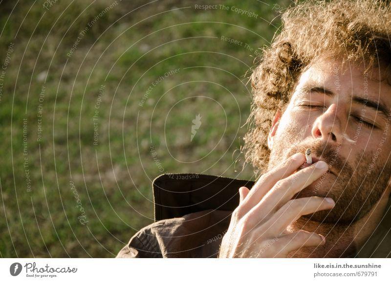 raucherpause. Lifestyle Gesundheit Rauchen Wohlgefühl Zufriedenheit Sinnesorgane Erholung Freizeit & Hobby Camping Sommer maskulin Junger Mann Jugendliche