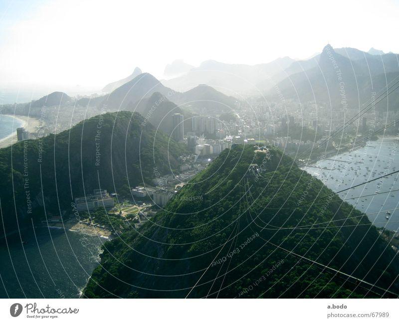 """Auf dem """"Zuckerbrot"""" angekommen Ipanema Corcovado-Botafogo Gegenlicht Sonnenlicht Vogelperspektive abwärts Felsen Felsküste Hafenstadt Bekanntheit weltberühmt"""
