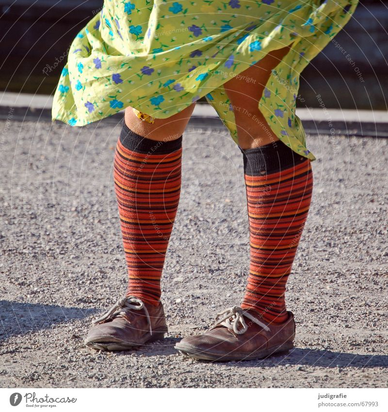 Geringelt gestreift Frau Mädchen Kleid Strümpfe Kniestrümpfe mehrfarbig Schuhe geblümt Mensch alt Beine Fuß Theaterschauspiel kleinkunst Bewegung Dynamik