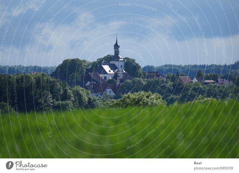 Blick auf die Kirche Natur blau grün Sommer Baum Haus Wand Gras Mauer Arbeit & Erwerbstätigkeit Feld Häusliches Leben Schönes Wetter Kirche Dach Hügel