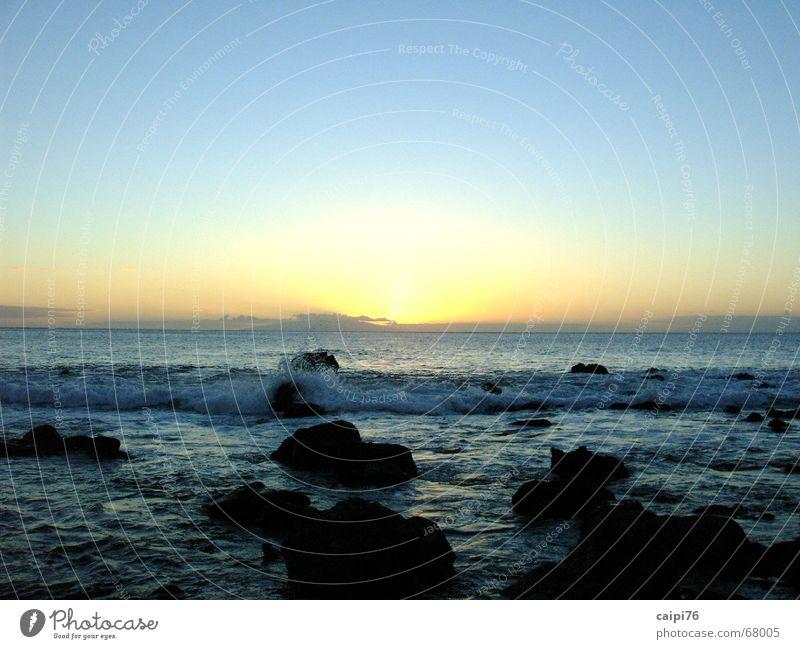 Sonnenuntergang auf Gomera Meer Wellen Küste Ferien & Urlaub & Reisen Strand Wasser Abend Abenddämmerung Stein Himmel blau Traurigkeit