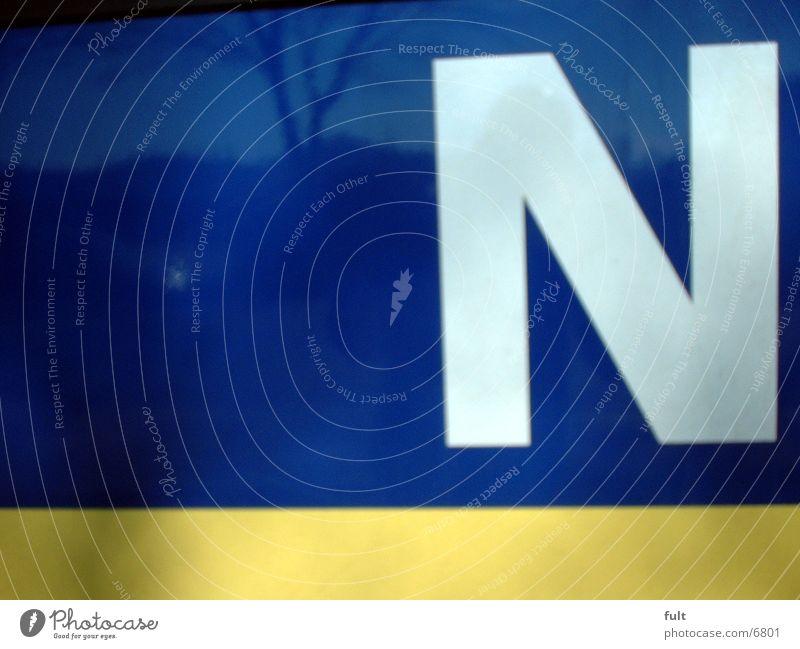 grosses N weiß blau gelb groß Schriftzeichen Buchstaben Dinge