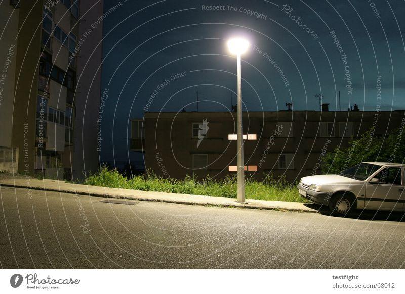slanted and enchanted Stadt Einsamkeit Straße Lampe dunkel PKW Beton verrückt Bodenbelag Laterne Bürgersteig parken Teer