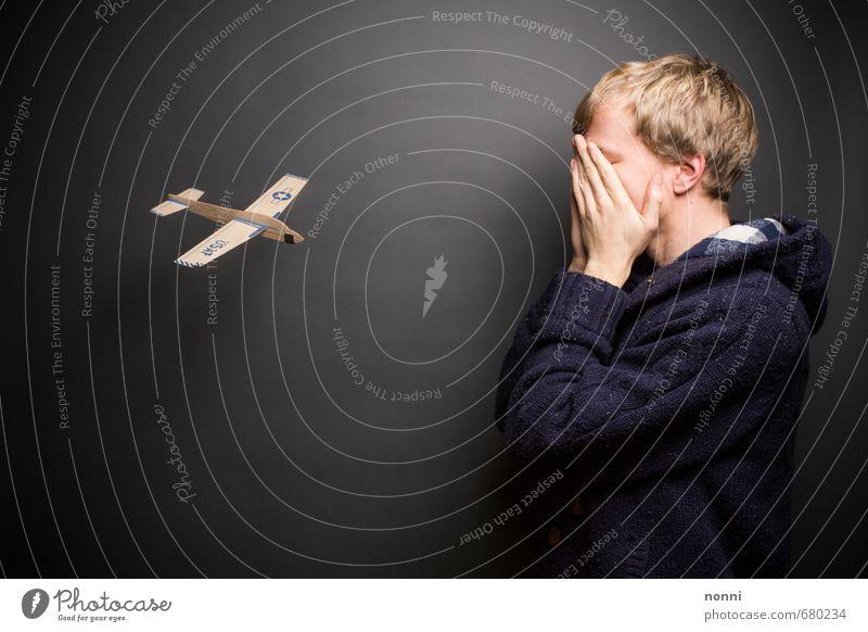 Blindflug Mensch Jugendliche blau ruhig Freude 18-30 Jahre Junger Mann Erwachsene lustig Spielen grau außergewöhnlich Kunst Angst maskulin gefährlich