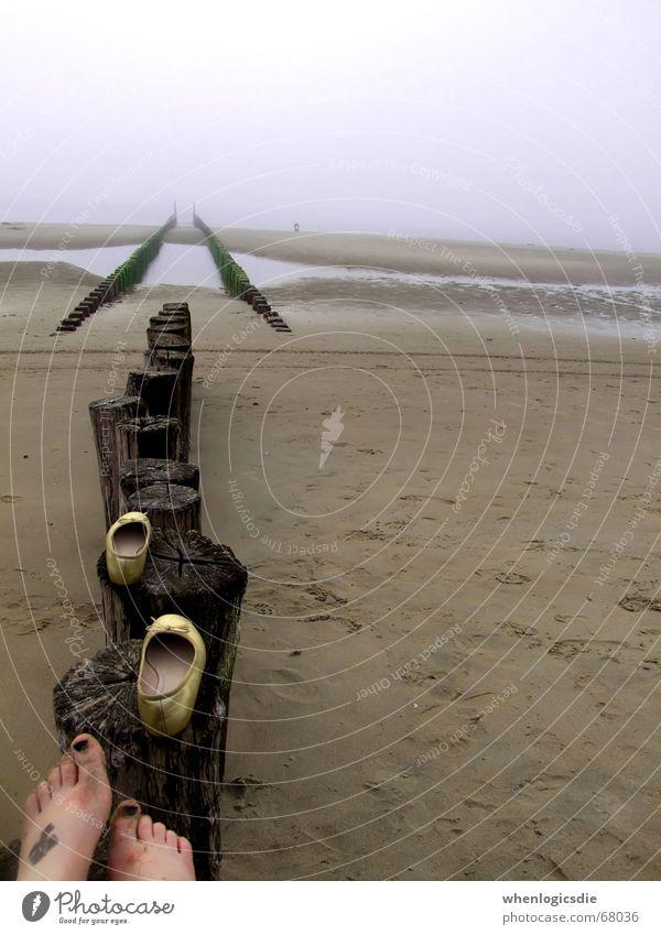 walk. Strand Schuhe Holz Meer schlechtes Wetter beklemmend Fuß Wolken Sand