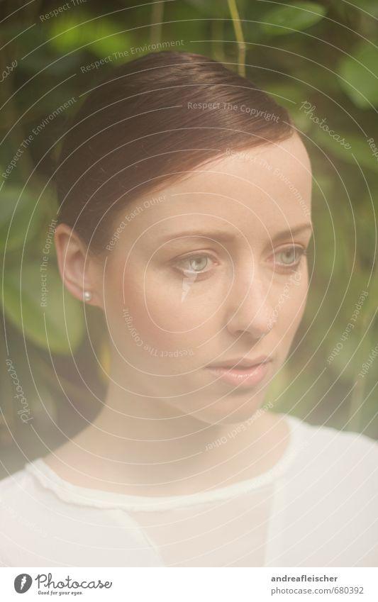 Botanischer Garten. Mensch Jugendliche schön grün Pflanze Einsamkeit Junge Frau Blatt 18-30 Jahre Erwachsene Gesicht Traurigkeit feminin Denken braun träumen