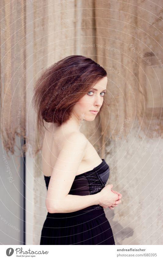 Botanischer Garten. elegant Stil feminin 1 Mensch 18-30 Jahre Jugendliche Erwachsene Kleid Haare & Frisuren brünett Locken drehen Blick stehen ästhetisch dünn