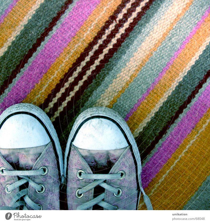 Stillgestanden grau Schuhe orange Wohnung rosa Ordnung Streifen Teppich aufräumen Schuhbänder