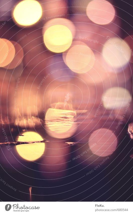 die Gosse glänzt Nachtleben Feste & Feiern Erde Wasser Stadtzentrum Straße ästhetisch kalt nass gelb orange schwarz Pfütze Unschärfe Licht