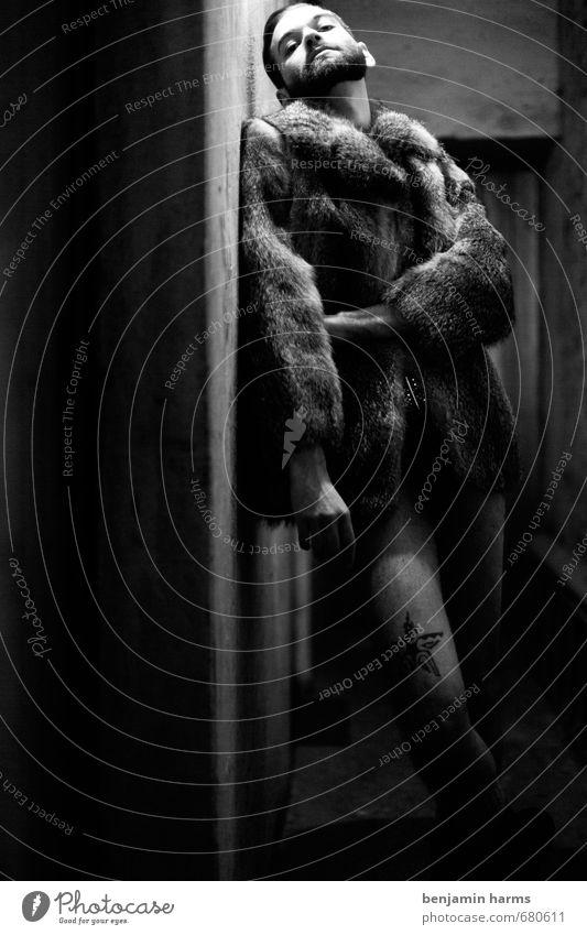 Keller | Pelz | #2 maskulin Junger Mann Jugendliche Erwachsene 1 Mensch 18-30 Jahre Pelzmantel Fell Tattoo brünett kurzhaarig Vollbart stehen trashig Kellerwand