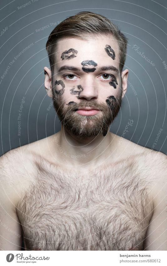 too much love sucks Lippenstift maskulin Junger Mann Jugendliche Erwachsene Gesicht 1 Mensch 18-30 Jahre brünett blond Scheitel Bart Vollbart Behaarung