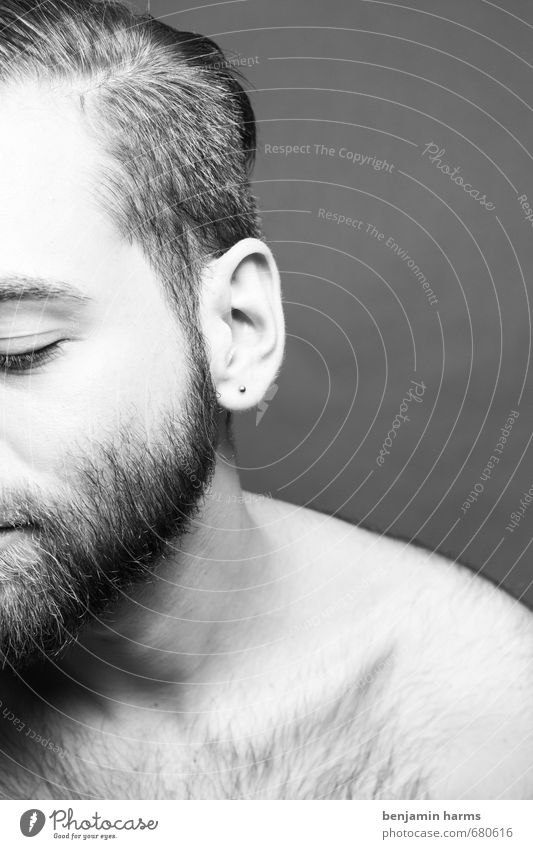 Gesicht | Ohr | Haare maskulin Junger Mann Jugendliche Erwachsene 1 Mensch 18-30 Jahre Ohrringe brünett kurzhaarig Vollbart Brustbehaarung nackt Schwarzweißfoto