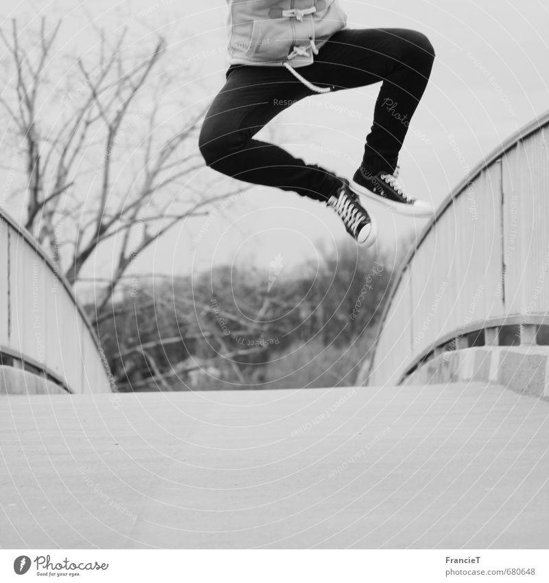 sprunghaft Freude sportlich Freiheit Erfolg Beine Fuß Brücke Jeanshose Turnschuh Bewegung fliegen springen Coolness frech Fröhlichkeit Glück trendy oben positiv