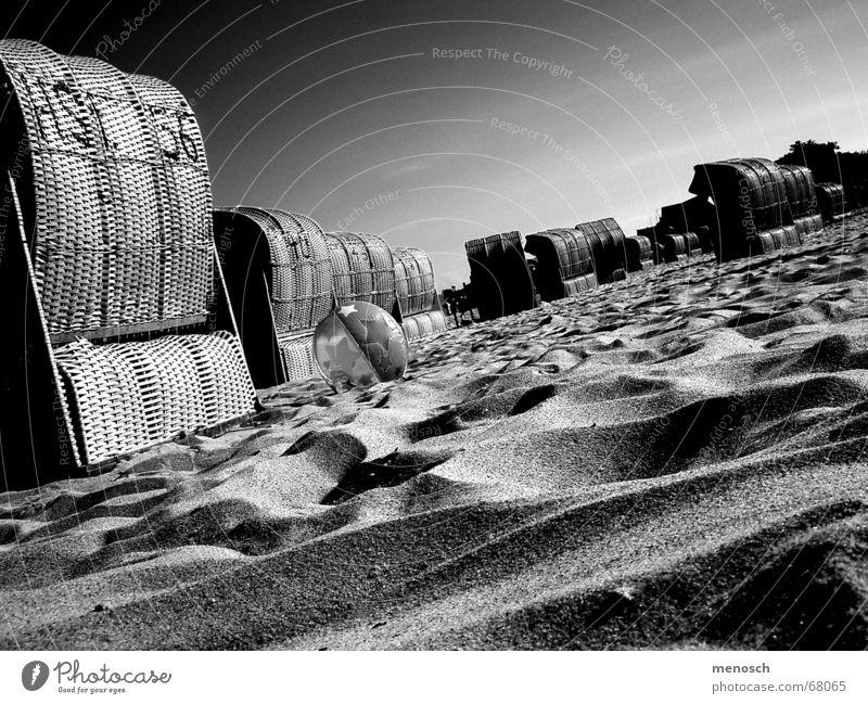 Strand Strandkorb Sommer Ferien & Urlaub & Reisen heiß Physik Hügel ruhig Abenddämmerung Gelassenheit Meer Himmel Sand Schwarzweißfoto Schatten Wärme Ostsee