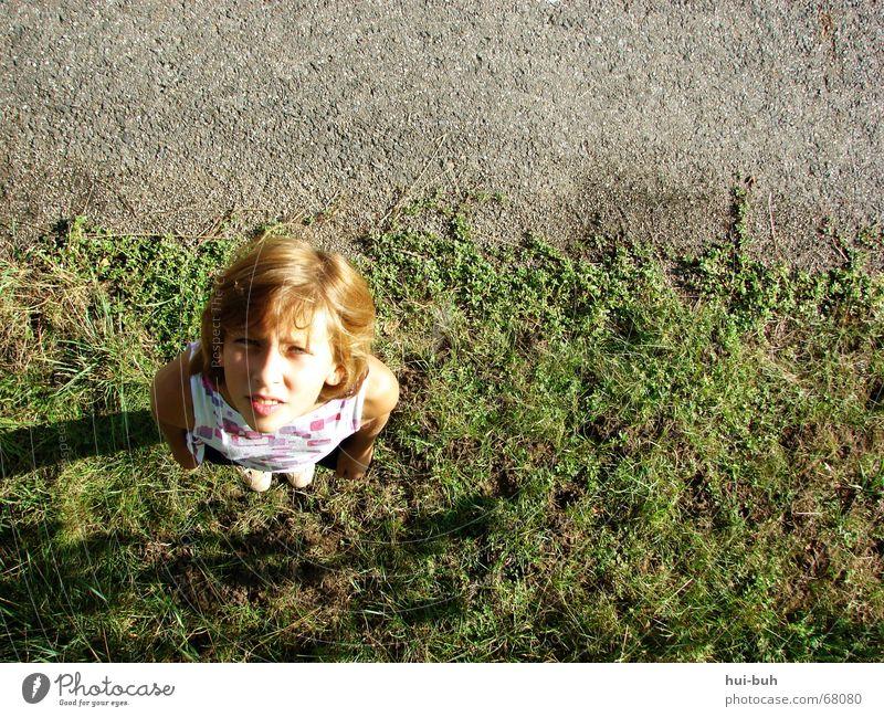 wo ist das vögelchen?! Mädchen grün heiß blenden Richtung grau rot Suche Rasen Straße Blick Himmel Haare & Frisuren rölich Linie Schatten