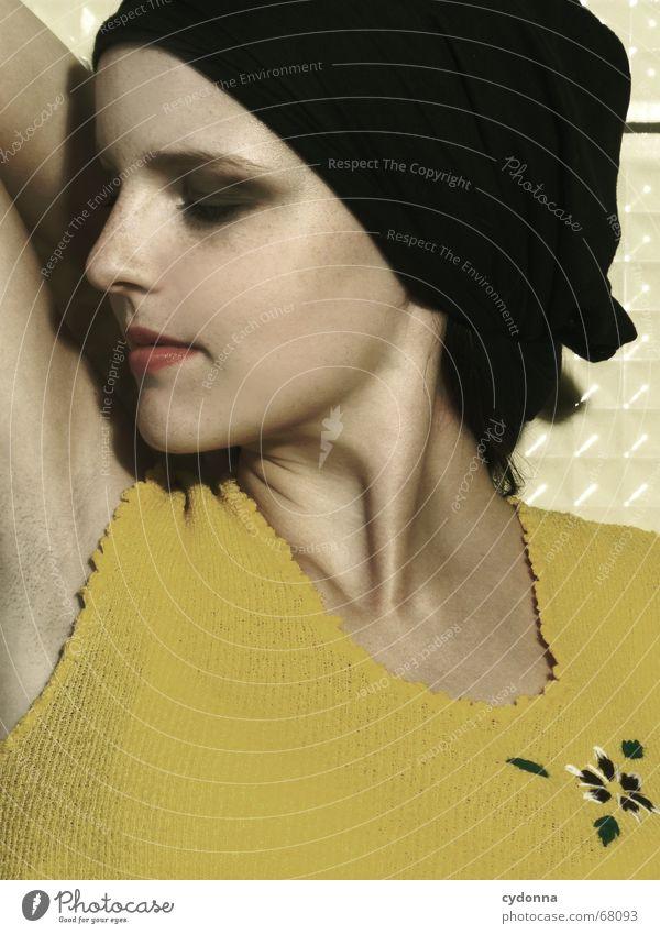 it smells good Frau Mensch schön Blume gelb Stil Mode Haut Kosmetik Partnerschaft Geruch untergehen Kopftuch Parfum Achsel Deodorant