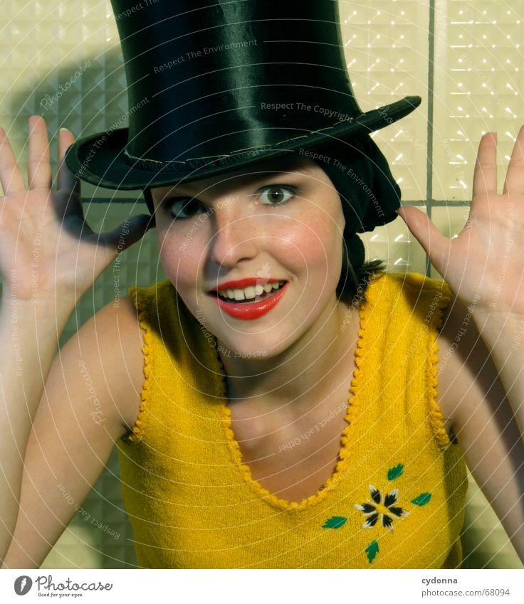 Der Zylinder Kopftuch Kosmetik Frau Stil Blume gelb Hand Zirkus Porträt schön session Haut Mensch Kontrast Kitsch Zauberei u. Magie Blick Freude