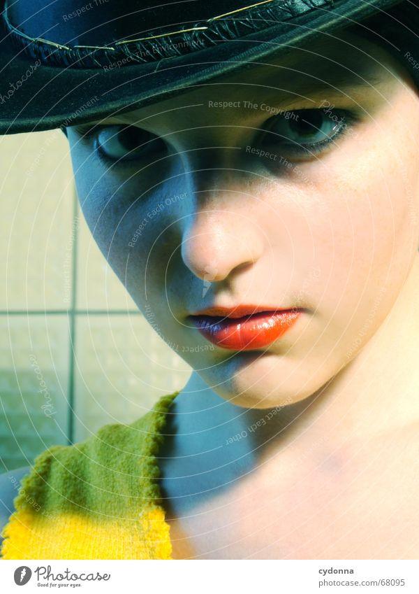 Der Zylinder I Frau Mensch Hand schön Blume Freude gelb Kopf Stil Mode Haut Model Kitsch Kosmetik verstecken Gesichtsausdruck