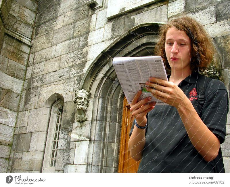 Der Stadtführer lesen vorlesen Mann Wachsamkeit gelehrt Holztür Holzmehl Fenster read Zeitschrift boy man reading Tür door Religion & Glaube chapel church Dorf