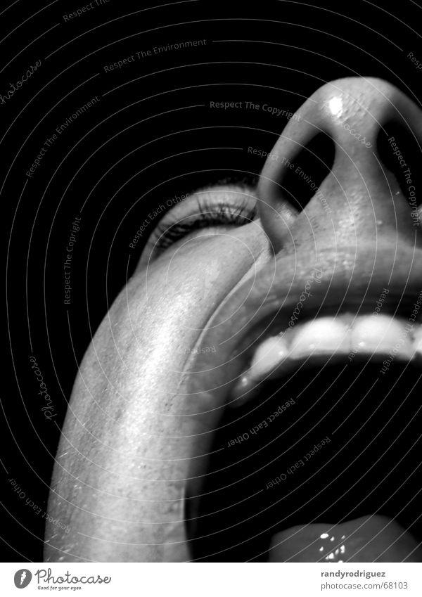 mute Schwarzweißfoto Innenaufnahme Studioaufnahme Nahaufnahme Textfreiraum oben Hintergrund neutral Nacht Kunstlicht Licht Kontrast Zentralperspektive Porträt