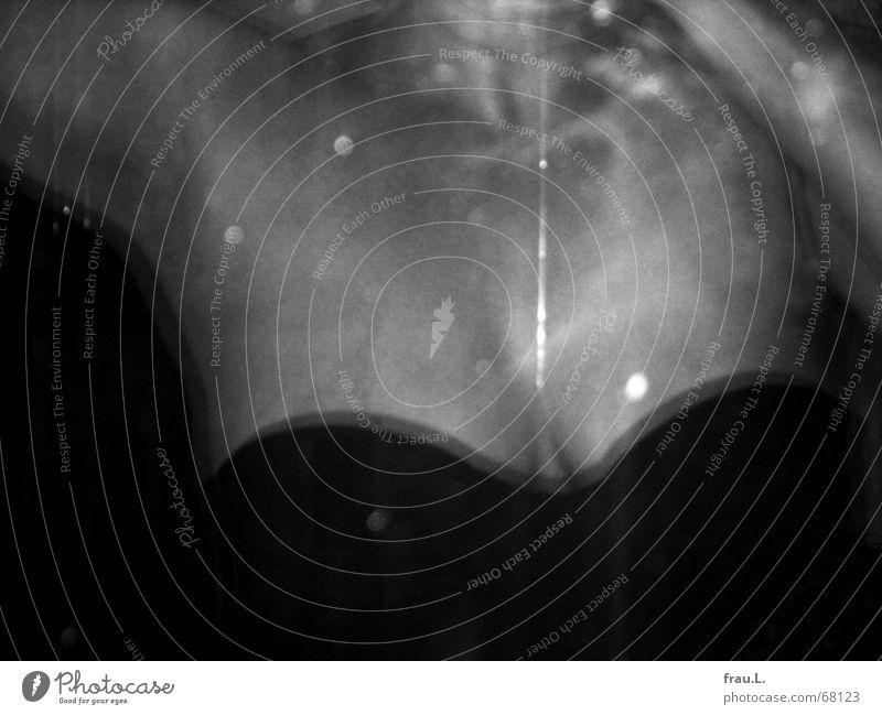 im Fenster Überraschung Zigarettenrauch Achsel verfolgen geheimnisvoll Frau gefährlich Nacht Mitternacht Oberkörper Glasscheibe Fensterscheibe Schulter rasiert