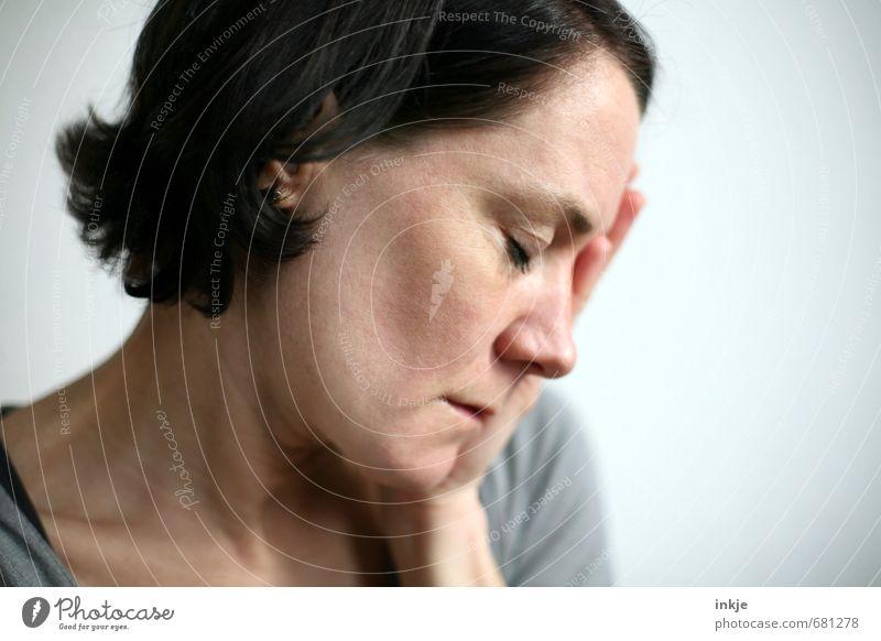 ... isses aber nicht. Mensch Frau Einsamkeit Hand Gesicht Erwachsene Leben Traurigkeit Gefühle Denken Stimmung träumen berühren Trauer Müdigkeit Stress