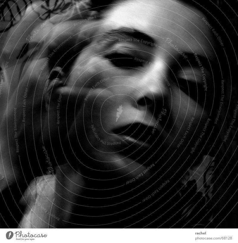 Verwandlung Müdigkeit zerschlagen verschlafen Schlechte Laune Morgen Bad Schminken Erfrischung feminin Frau Lidschatten Hand wahrnehmen Identität verwandeln