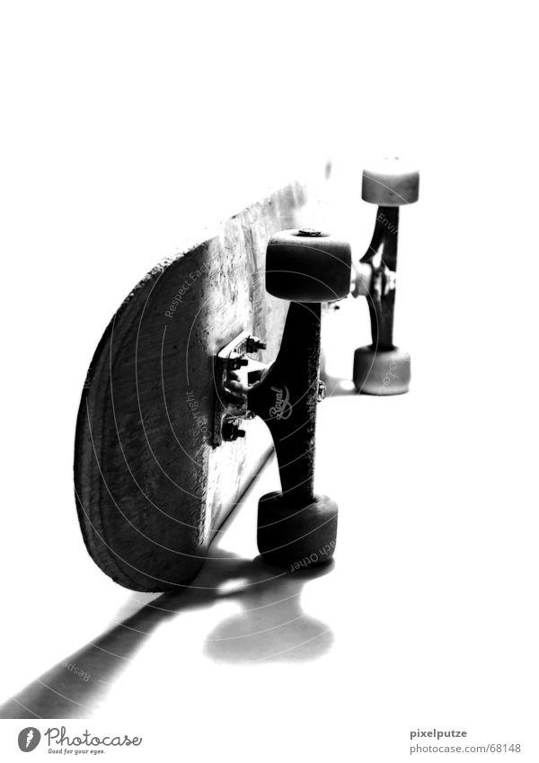 FLIProyal Skateboarding schwarz weiß Grauwert Überbelichtung Schatten boarden Schwarzweißfoto Achse Königlich