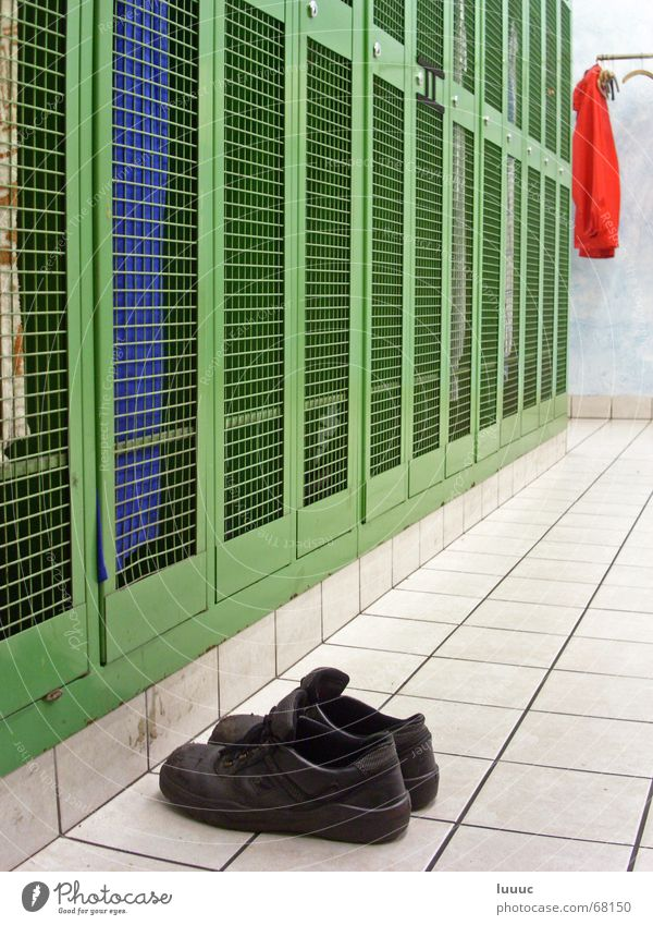 ...Feierabend (1) grün Umkleideraum dreckig Schuhe schwarz Fett Werkstatt Sauberkeit Fabrik Schrank Überkleid Jacke rot weiß Arbeit & Erwerbstätigkeit