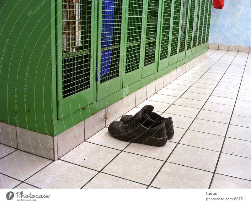 ...Feierabend (2) weiß grün blau rot schwarz Arbeit & Erwerbstätigkeit Schuhe dreckig Bekleidung Perspektive Sicherheit Fabrik Bodenbelag Freizeit & Hobby