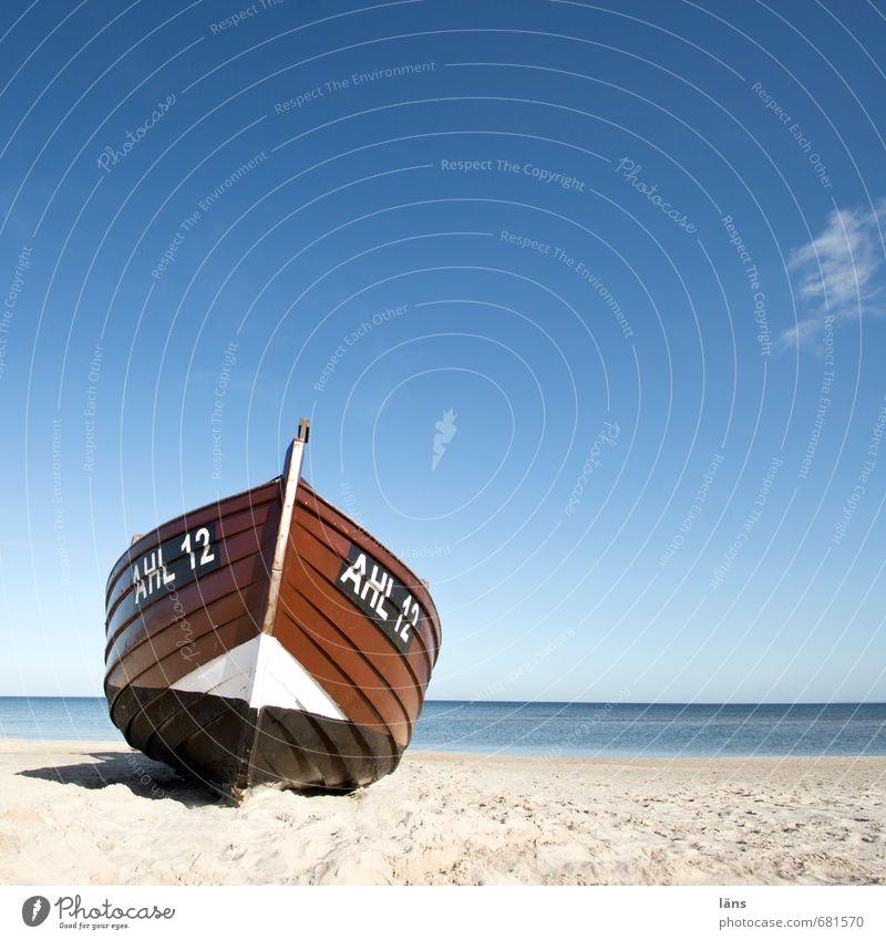 Boot drauf l gestrandet Himmel Natur blau Wasser Ferne Strand Umwelt Küste Holz Sand Linie braun Horizont liegen Schriftzeichen Schönes Wetter