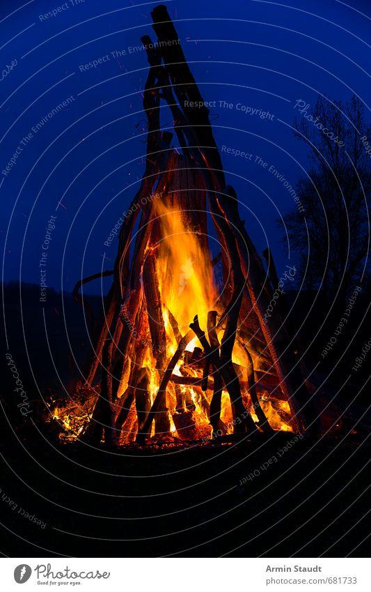 Osterfeuer Ostern Natur Urelemente Feuer Himmel Nachthimmel Frühling blau orange Stimmung Warmherzigkeit Abenteuer erleben Farbe Gefühle rein Umwelt Zerstörung