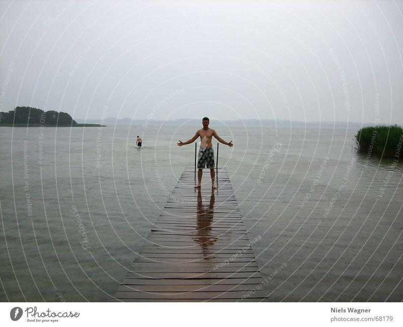 Give me Power Mensch Wasser Wolken kalt grau See Regen nass Steg schlechtes Wetter