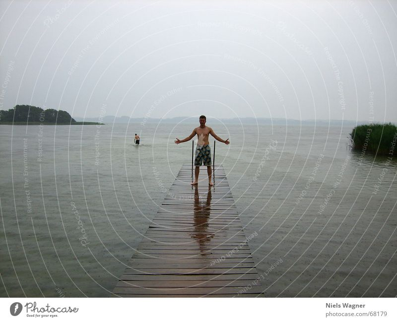 Give me Power See Steg nass Reflexion & Spiegelung kalt schlechtes Wetter grau Wasser Regen Mensch Wolken
