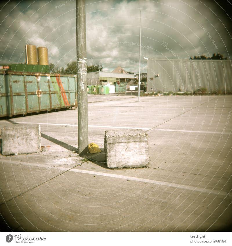21388 Industrielandschaft Parkplatz Müll Schrott Beton Holga rubish reycling recyclinghof Container Stein trist