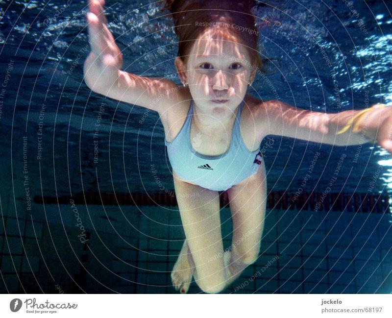 Tauchgang Schwimmbad Schwimmen & Baden Spielen Sport tauchen Kind blau Badeanzug Luft anhalten Nirwana Canon jomam Farbfoto Unterwasseraufnahme