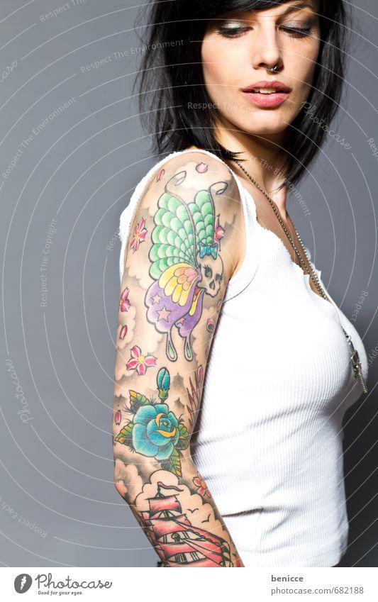 rock it Frau Mensch Tattoo tätowiert Tätowierer Porträt Junge Frau junge Europäer Freisteller Isoliert (Position) Hintergrundbild feminin Erotik Arme Hand