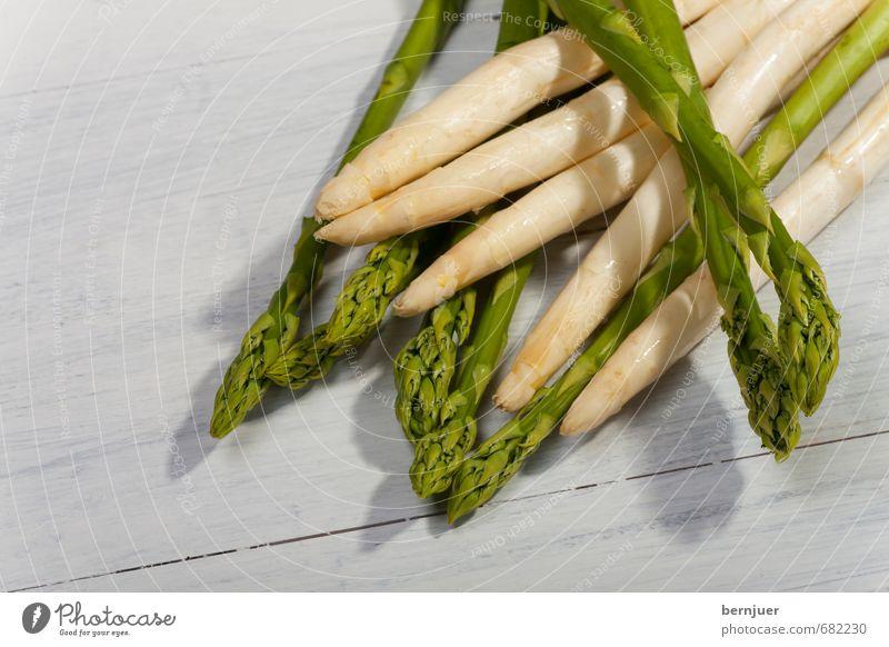 Spargel Lebensmittel Gemüse Bioprodukte Vegetarische Ernährung gut grün weiß authentisch Spargelzeit weißer Spargel grüner Spargel Holzbrett roh ungekocht
